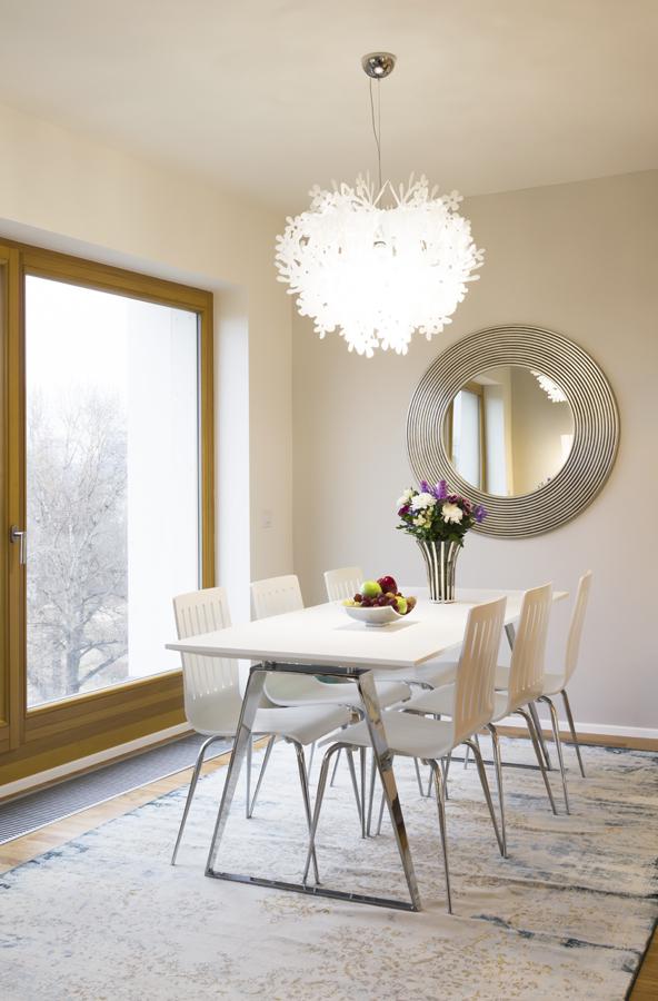 Zrcadlo v čele jídelního stolu je ozdobou celého jídelního koutu.