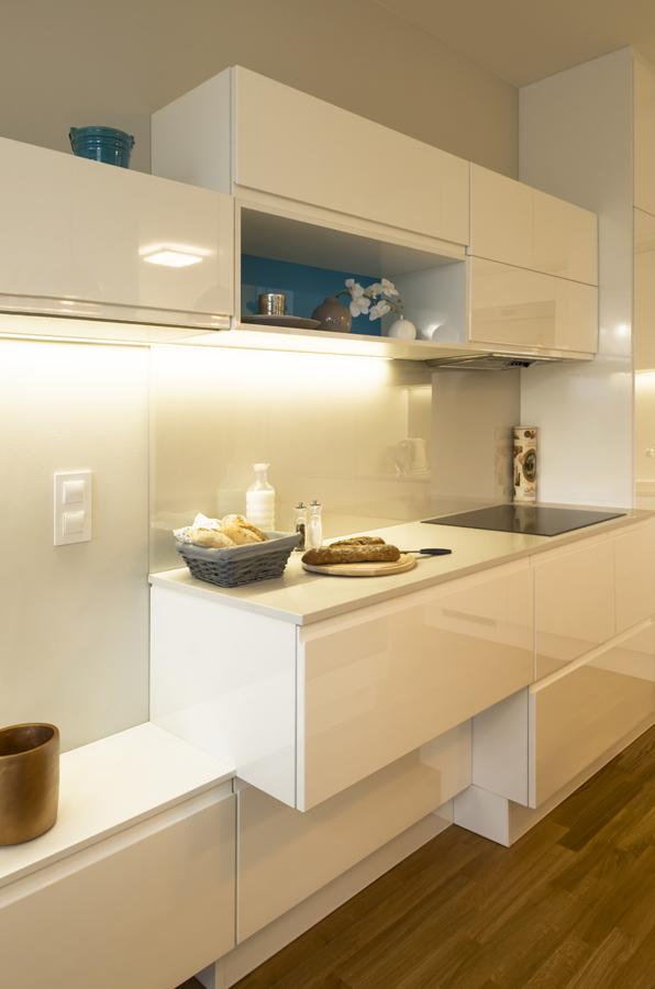 Kuchyň je navržena s ohledem na funkci, designéři si pohráli i se skříňkami, aby rozbili strohost sestavy.