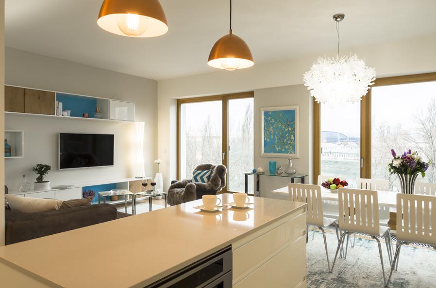 Nábytek je v obývacím pokoji navržen na míru prostoru.