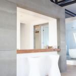 Kuchyň je propojená do obytného prostoru přes okno s barovým pultem
