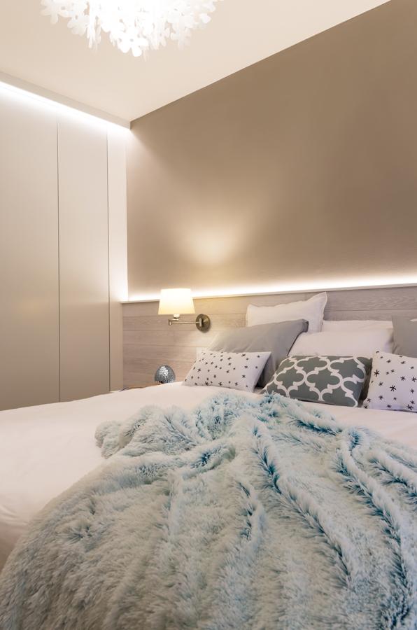 Čelo postele je navrženo přes celou šíři stěny. V jeho útrobách jsou schovány kabely k elektroinstalaci.