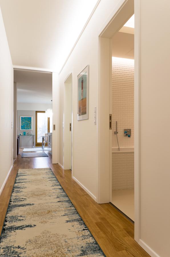 Chodbu zatepluje koberec s moderním orientálním vzorem.