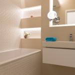 V koupelně přibyly niky. 3D obklady zvýrazňuje skvěle navržené osvětlení.