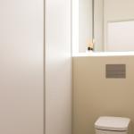 Toaleta byla přesunuta k jiné stěně a tím bylo možné do místnosti začlenit pračku, sušičku a zbylo i místo na čisticí prostředky a vysavač.