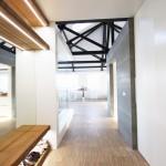 Už od vstupu do bytu je vidět ocelová konstrukce, která dává tušit, že vstupujete do atraktivních prostor