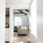 Chodba z ložnice vede přes kuchyň až do obývacího pokoje.