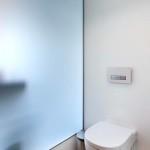Toaleta je samostatná a nachází se vedle koupelny