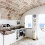 Co udělá kamenný dřez? Nádherně vyzdvihne jinak celkem obyčejnou kuchyň.