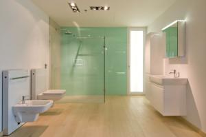 Dřevěná podlaha navozuje v koupelnovém prostoru blízký pocit přírody.