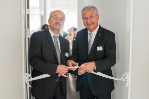 Karl Spachmann, Head Division Sales Europe (vpravo) a Vladimír Sedlačko, Managing Director Geberit CZ a SK (vlevo) slavnostně otevírají nový showroom Geberit.