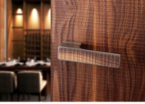 Dřevěná dýha na dveřích i klice