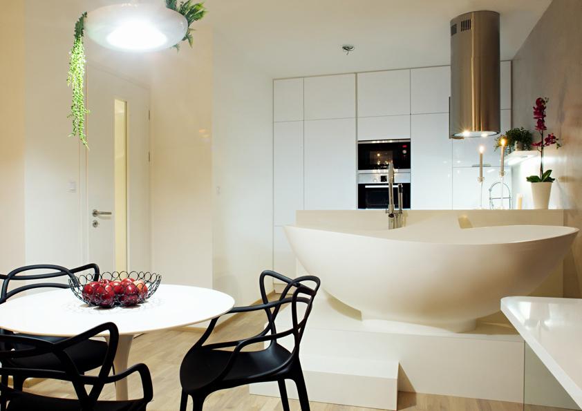 Černé židle u jídelního stolu se díly své barvě stávají dominantou celého prostoru