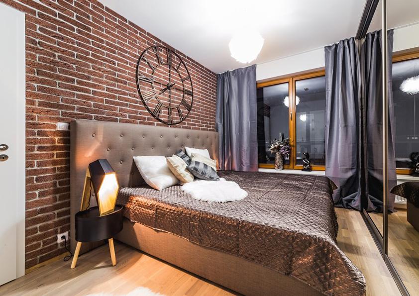Velká bronzové zrcadlo rozšiřuje prostor ložnice a schovává velkou vestavnou skříň