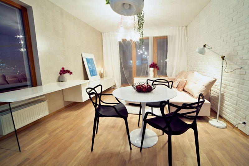 V obývacím prostoru našel místo také pracovní stůl s podpěrou z čirého kaleného skla
