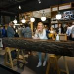 Do moderních kuchyní prvky surového dřeva. Třeba v podobě barového pultu.