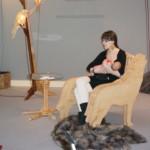 Zvířecí nábytek a kojící autorka