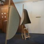 Židlička s úkrytem pro hlavu. V moderním světe jistě vítáno...