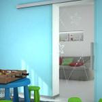 Celoskleněné dveře s pískovaným motivem, čiré části umožňují lepší kontrolu na dítětem, J. A. P.