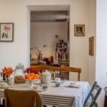 Ráno se v kuchyni u stolu scházejí všichni bydlící. Je tam mezinárodní družba, my jsme se setkali s francouzskými manželi a mladým párem z Argentiny.