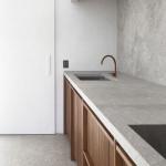 Beton můžeme použít i na stěnu mezi horní a spodní skříňky.