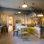 Jasně žlutá interiér kuchyně prozáří