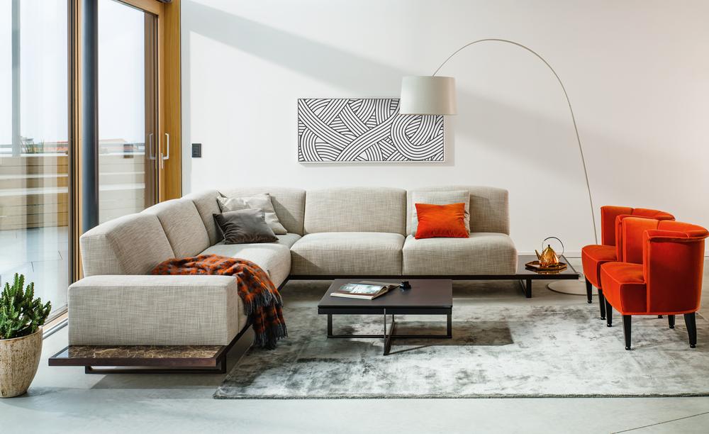Stojací lampa by v obývacím pokoji rozhodně neměla chybět. Wittmann