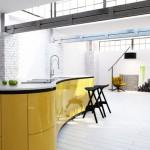Žlutý kuchyňský ostrůvek na sebe upozorňuje nejen barvou, ale i tvarem.