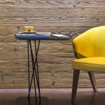 Všimněte si, jak žluté křeslo rozzáří dřevěnou stěnu