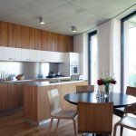 Kruhový jídelní stůl je v souladu s celou architekturou domu.