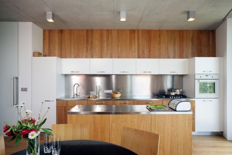 Kuchyně je v kombinaci moderních materiálů a to dřevo a nerez.