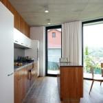 Od kuchyňského ostrůvku je překrásný výhled do přírody.