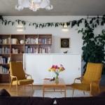 Prostorná knihovna je ozdobou jedné ze stěn ve společenské místnosti.