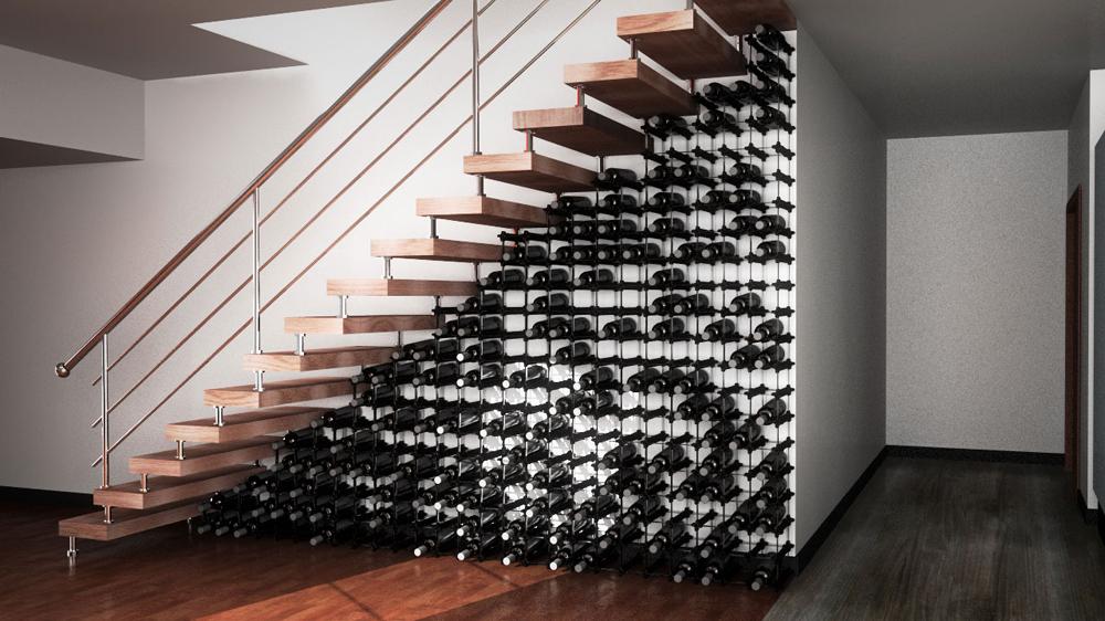 Jednou z možností je vytvořit pod schody vinotéku