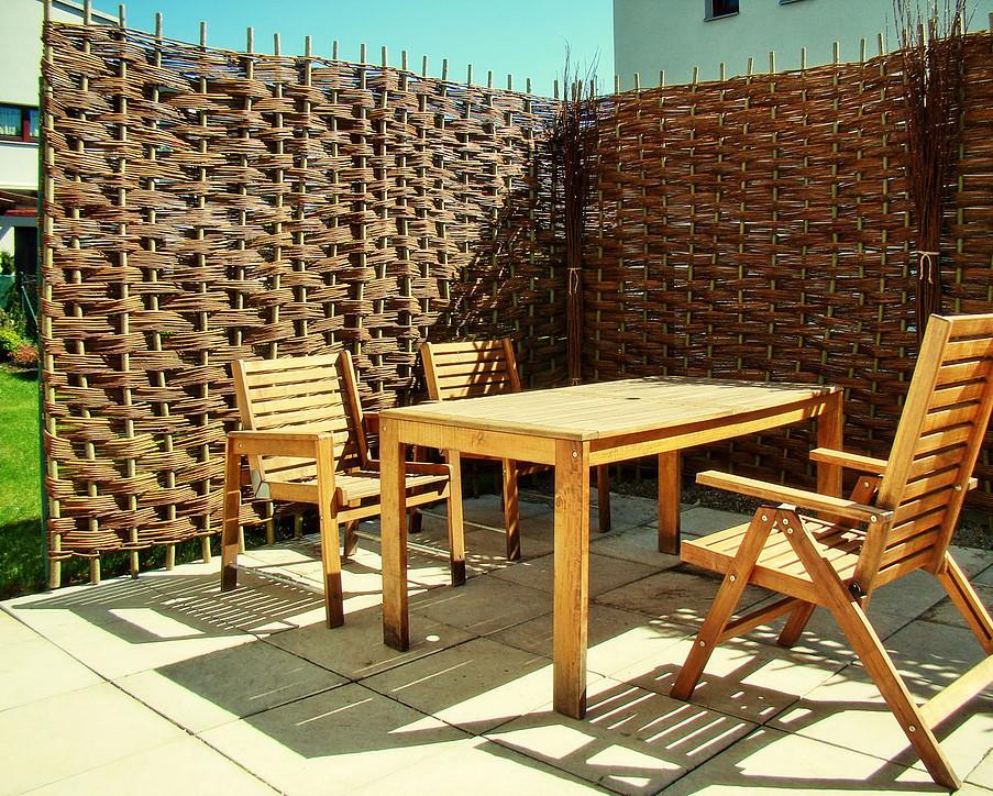 Zástěna zahradního posezení pletená v šachovnicovém vzoru