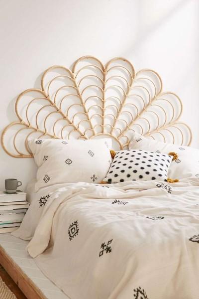 Není obvyklé zdobit čelo postele ratanem. Sami vidíte, jak je to efektní.