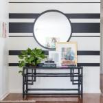 Elegantního řešení dosáhnete kombinací bílá-černá a uspořádáním různě širokých pruhů.