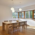 Jídelní stůl byl situován do prostoru tak, aby z něj mohli sedící pozorovat okolní přírodu.