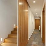 Z útlé dlouhé chodby vedou dveře do: hostinského pokoje, koupelny, předsíně se speciálním koutem pro mytí psa, technické místnosti a pánského pokoje s přímým vstupem do vinotéky.