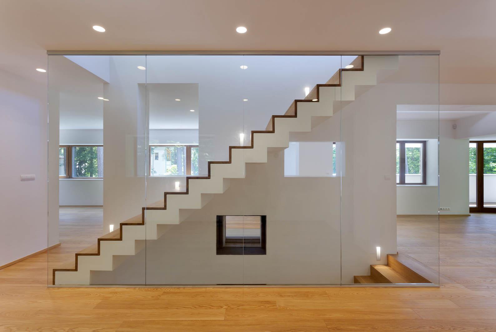 Linie schodiště vytváří estetický prvek v prostoru.