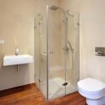 V koupelnách byla záměrně použita dřevěná podlaha ze speciálních dřevin, kterým vlhké prostředí nevadí.