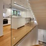 Prosklené stěny vytvářejí nádherné pohledy mezi jednotlivými hmotami interiéru.
