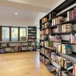 Knihovna je navržená na míru prostoru.