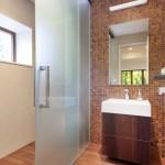 Koupelna se nese v zemitých tónech.