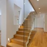 Ze schodiště je průhled do obytného prostoru