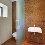 Skleněné příčky se promítly i do interiéru koupelen.