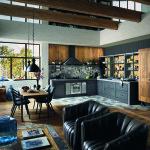 Moderní takřka industriální kuchyně je doplněna původní spižní skříní. Ze stejného materiálu jsou i části stěn. Výsledkem je dokonalý vintage styl.