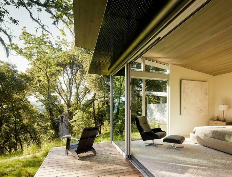 Vychází-li se z ložnice přímo na zahradu, dbejte zvýšené opatrnosti a maximálně dům zajistěte.