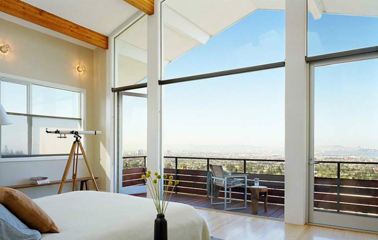 Je-li ložnice umístěná v patře, budete se cítit při spánku bezpečněji.