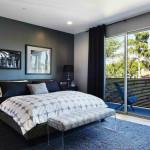 Přímému pohledu do ložnice zamezí stěna balkónu z neprůhledného materiálu.