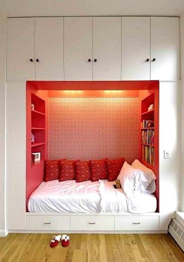 Opravdu hodně úložného prostoru získáte skříněmi postavenými až do stropu.